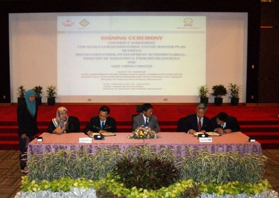 Minister of Industry and Primary Resources (center) Yang Berhormat Pehin Orang Kaya Seri Utama Dato Seri Setia Awg Hj Yahya Begawan Mudim Dato Paduka Hj Bakar witnessing the signing ceremony between BINA, which is represented by Hj Metassan Hj Abd Salim (third from left), Acting Director of BINA with Hjh Masni Hj Mohsin (second from left) oversees the contract signing for BINA. Representing SQW China Limited was the Managing Director (second from right) Mr Gary Ho while being witnessed by Kris Li (first right), Consultant of SQW China Limited. . | PHOTO: BruDirect.com (Hanaffi)