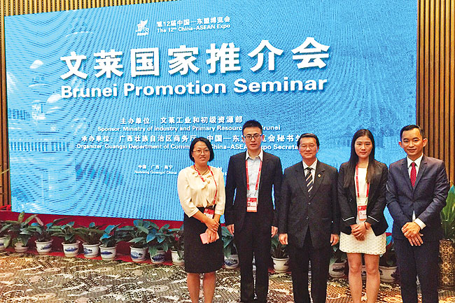 Jerudong Park Medical Centre (JPMC) Marketing Head Awangku Danny bin Pengiran Tajuddin and JPMC Hospital Administrator Chris Carvalho with Chinese delegates at the event.